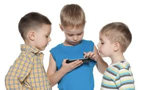 Kdaj otroku kupiti prvi pametni telefon?